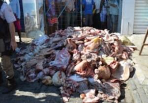 As carnes foram jogadas na frente do mercado municipal.