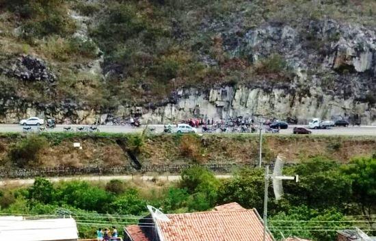 Foto registrada da serra que fica ao lado direito depois da curva que dar acesso a cidade de Jacobina.