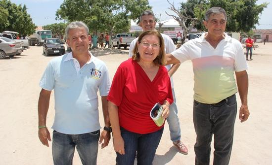 Sob sol forte, a deputada visitou algumas casas acompanhada pelo ex-prefeito Serginho.