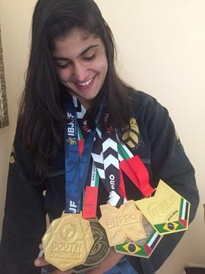 Michele exibe com orgulho as medalhas conquistadas.