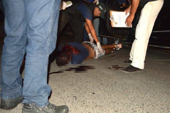 Polícia Técnica realiza o levantamento cadavérico de uma das vítimas.