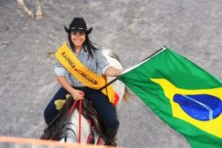 A jovem Maria Joana exibe a bandeira do pais que deseja tudo de bom.