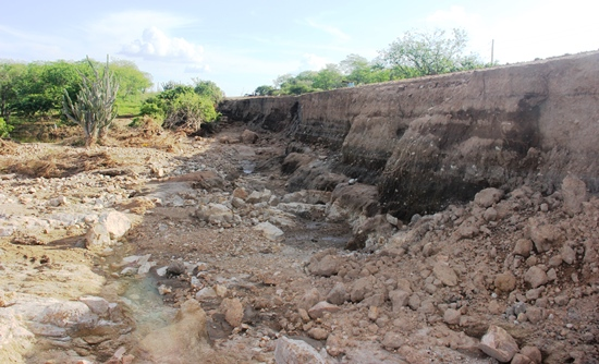 Nesta foto tirada de baixo é possível verificar camadas de solo e tem altura aproximada de cinco metros.