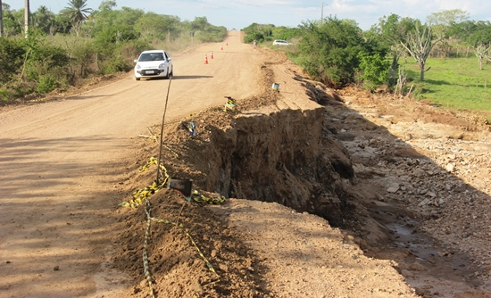 Nesta foto nota-se o estreitamento da pista com mediadas variadas que pode chegar aproximadamente 4 metros.