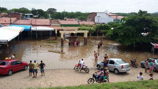O rio Itapicuru no seu curso normal é visto do alto. Hoje está assim.