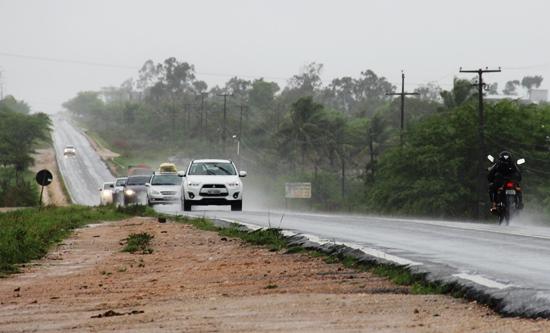 Motoristas devem ficar atentos a falta de acostamento das rodovias.