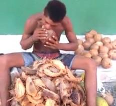 Edson disse que o máximo de cocos que já descascou foram 60.
