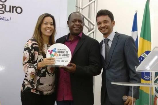 Professor Luizinho recebe placa das mãos da presidente da UPB Maria Quitéria.