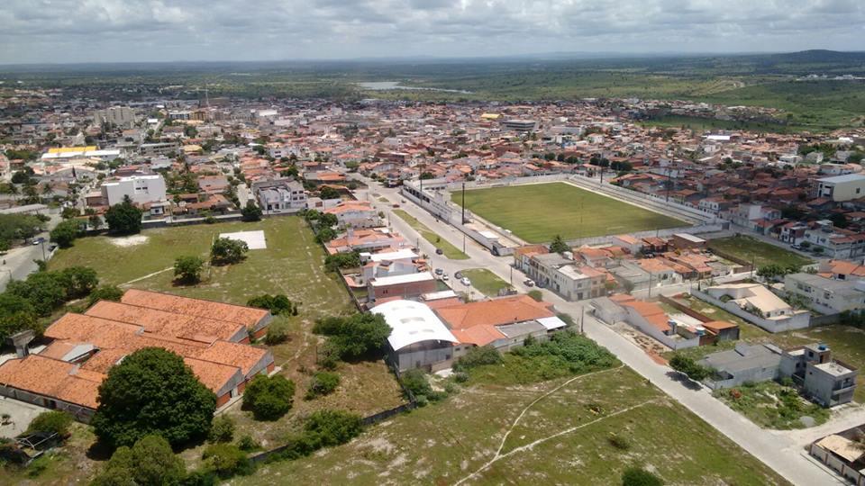 Vista parcial de Coité quando sobrevoava pela região sul da cidade (estádio)