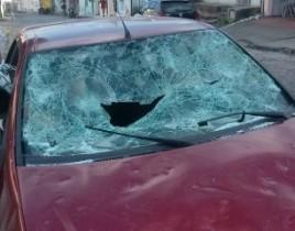 Mulher quebrou os vidros e amassou a lataria do carro do marido.