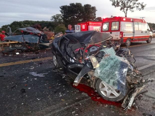Três vitimas fatais estavam no veículo de passeio.