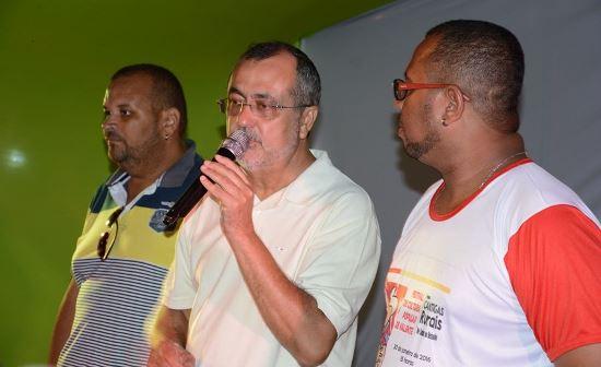 Ismael Ferreira discursa. A sua direita José Silva - secretário Executivo do CONSISAL e esquerda Tytta Ferreira, coordenador do evento.