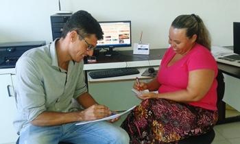 Secretário Leonardo Mascarenhas e coordenadora de epidemiologia Deniere Santiago.