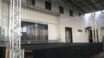 Grande estrutura está sendo montada.