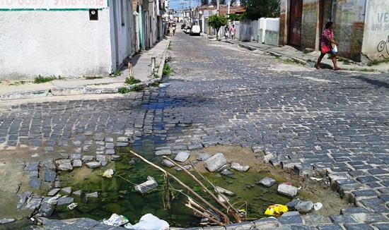 Prefeitura precisa acelerar o ritmo priorizando o tapa buraco onde tenha água parada. Moradores também devem comunicar situação de suas ruas.
