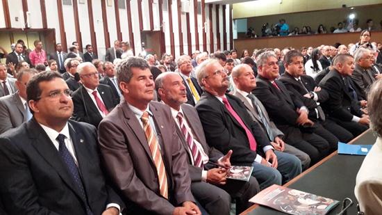 Deputado Gika Lopes atento ao discurso do governador.