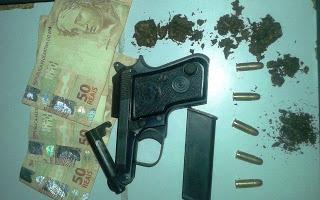 Todo material encontrado com Flavio foi apresentado junto com ele na Coordenadoria de Policia em Serrinha.