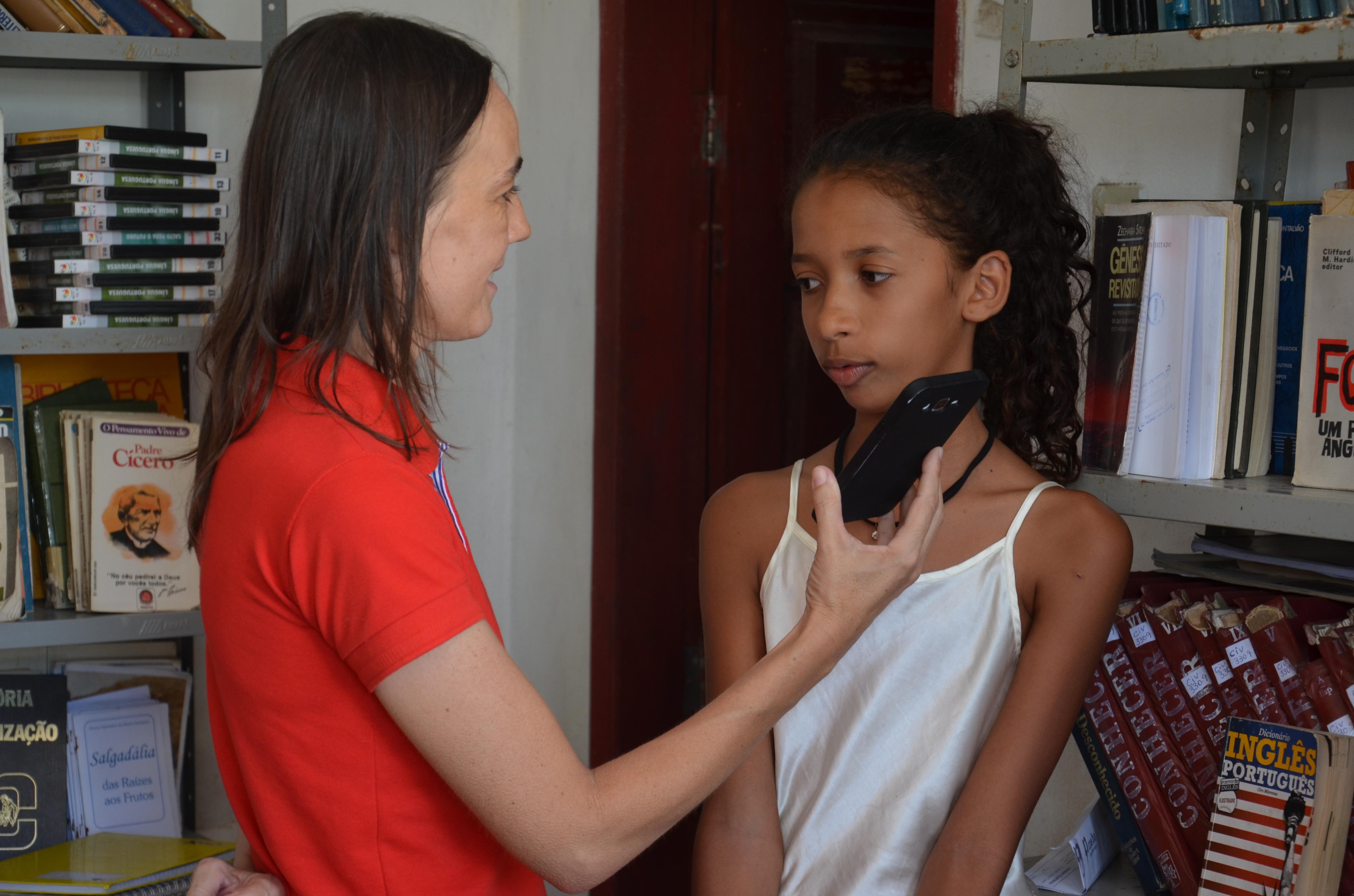 A radialista Vilmara de Assis, entrevista Maria Clara.