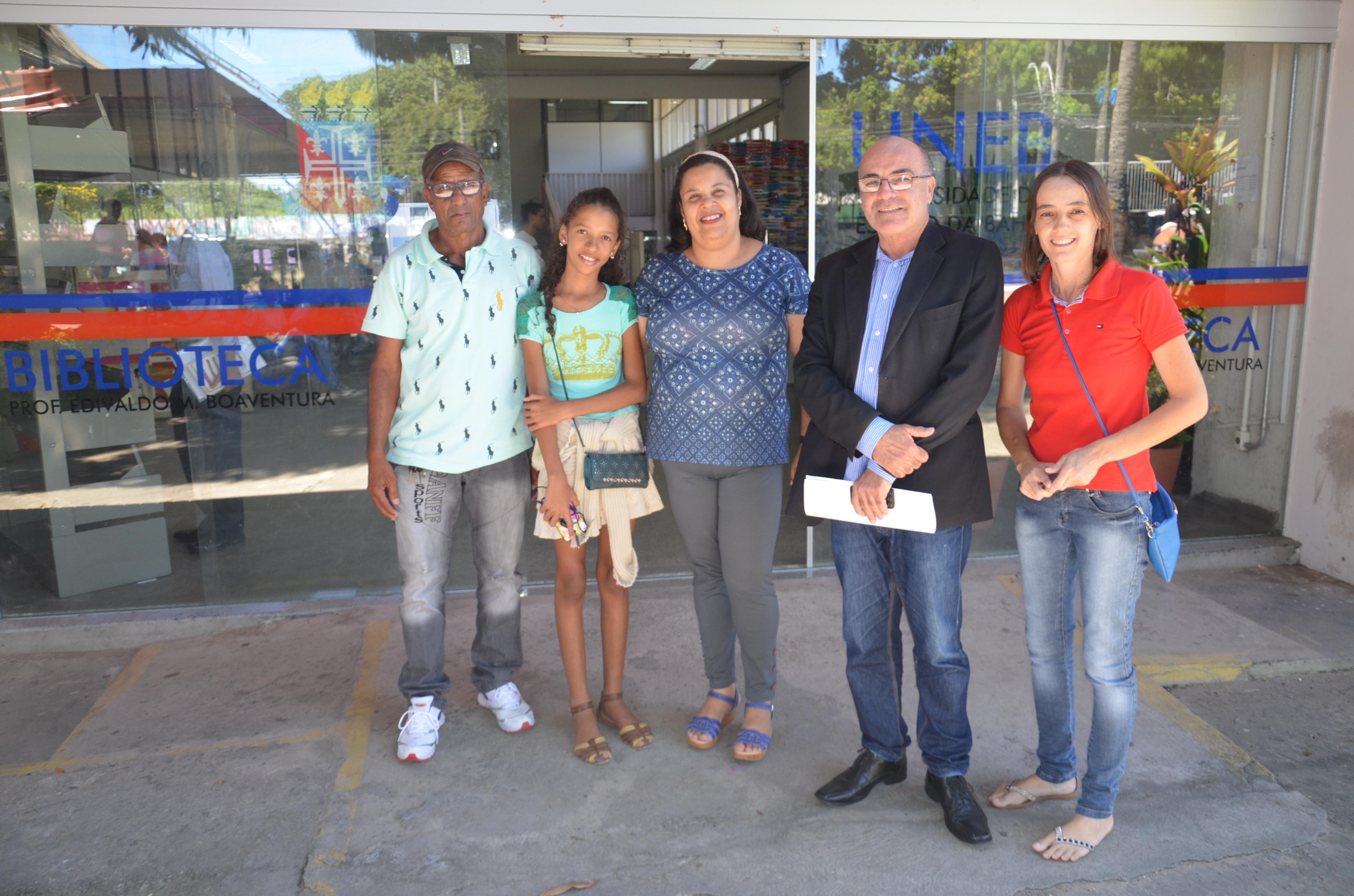 Guiofredo, Maria Clara, Luciana Menezes, Valdemi de Assis e Vilmara de Assis, em frente a biblioteca da UNEB.