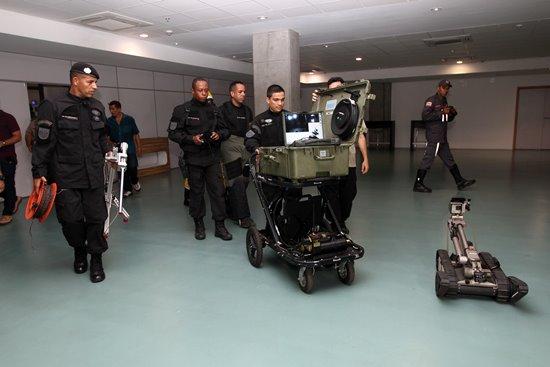 Corpo de Bombeiros e Polícia Militar da Bahia  realizam uma simulação de segurança na Arena Fonte Nova,  como parte do plano de segurança para as Olimpíadas 2016. Foto: Camila Souza/GOVBA