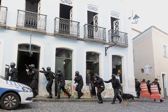Polícia de Operações Especializadas da Civil (COE) simula ação antiterrorismo no centro Histórico de Salvador. Foto: Carla Ornelas/GOVBA