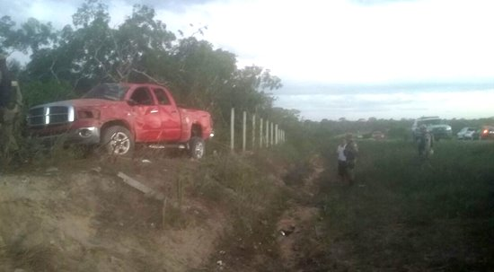 Veículo ficou no sentido contrário ao destino após parar dentro de uma roça