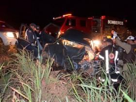 Condutor de carro ficou preso às ferragens e foi socorrido pelos Bombeiros