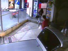 Câmeras flagram mulher entrando no banheiro pela segunda vez  no posto