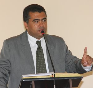 Vereador Marcelo vestiu a camisa da greve e disse que vai permanecer até que o prefeito atenda as reivindicações.