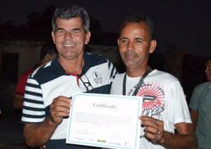 Gika entrega certificado a morador concluinte do curso de Gerenciamento de Recursos Hidricos