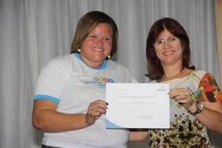 Jaciene não escondeu a grande satisfação ao receber o certificado das mãos de Naiara Deirol.