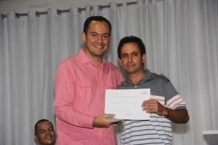 Marciel entregou o certificado de garçom a Enéas Lima Pinto.