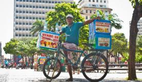 Vendedor tem na bicicleta seu ganha-pão