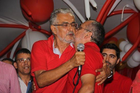 Beijo fraternal no irmão mais velho, Ildes Ferreira.