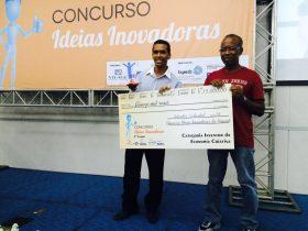 Maestro Josevaldo Nim recebe a premiação ao lado do seu pai.