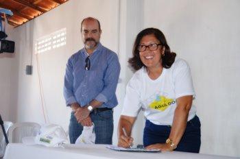 Prefeita Tânia Matos assina termo.