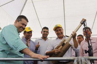 Governador Rui Costa na sua visita a Coité conheceu o instrumento feito com flecha de sisal.