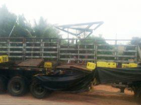Parte da carga foi saqueada após acidente.