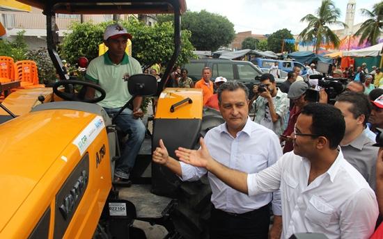Presidente de Associação Comunitária após receber a chave posou para foto ao lado do governador de do prefeito