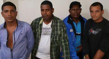 Policiais acharam maconha, crack e cocaína dentro de táxi em que estava o grupo