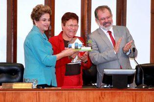 Para Fátima o que foi entregue a Dilma representa o fim da lata d'água da cabeça das mulheres