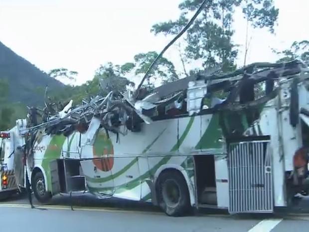 Ônibus que levava estudantes ficou completamente destruído