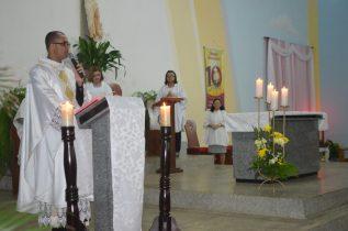 Padre Enivaldo celebrando na Paróquia São João Batista, em Quijingue