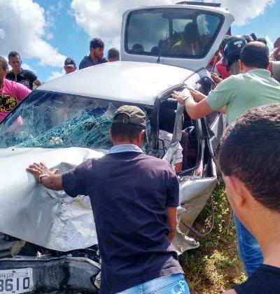 Populares desvirando o carro e prestando socorro às vítimas