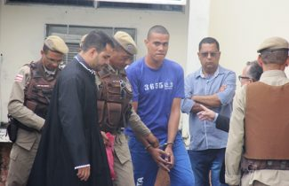 Momento da chegada de Leandro para ser julgado