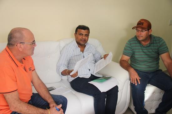 Ari mostra documentos para o repórter Valdemi de Assis e o vereador Fabrício, que asseguram sua participação no pleito em outubro | Foto: Raimundo Mascarenhas