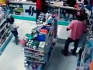 Criança se esconde de assaltante durante assalto (Foto: Reprodução)