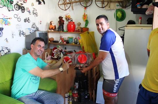 Quem visita a coleção de Boba sai com as mãos cheias de balas | Foto: Lucas Miranda