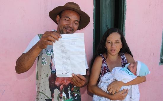 Chitão exibe a lista com 28 nomes de pessoas com a inicial R, para registar o mais novo | Foto: Raimundo Mascarenhas