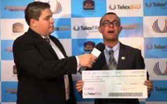 Dorian exibe cheque simbólico da telexfree